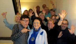 Teilnehmergruppe und Jomi zeigen Hände, Daumen hoch, Lächeln