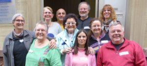 Workshop-Teilnehmende als Gruppe vor dem Eingang des Heinz-Micol-Zentrums Heidelberg