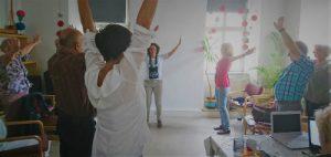 Qigong-Übung, Gruppe, Arme ausbreiten
