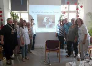 Gruppenbild vor Beamer beim Workshop